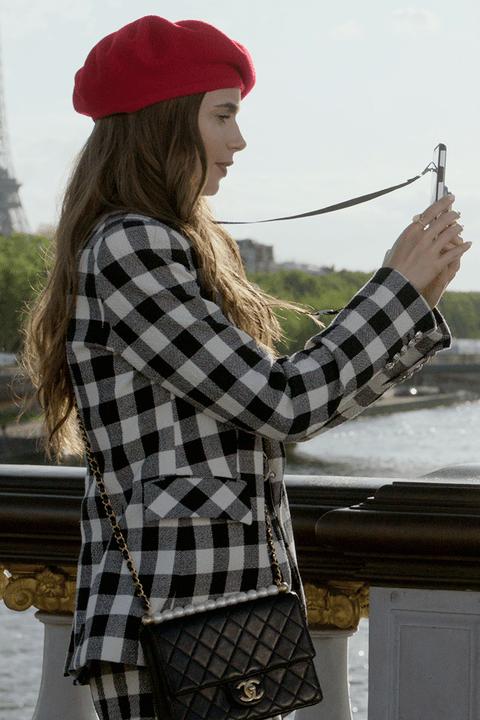 Emily in Paris look giacca a quadri