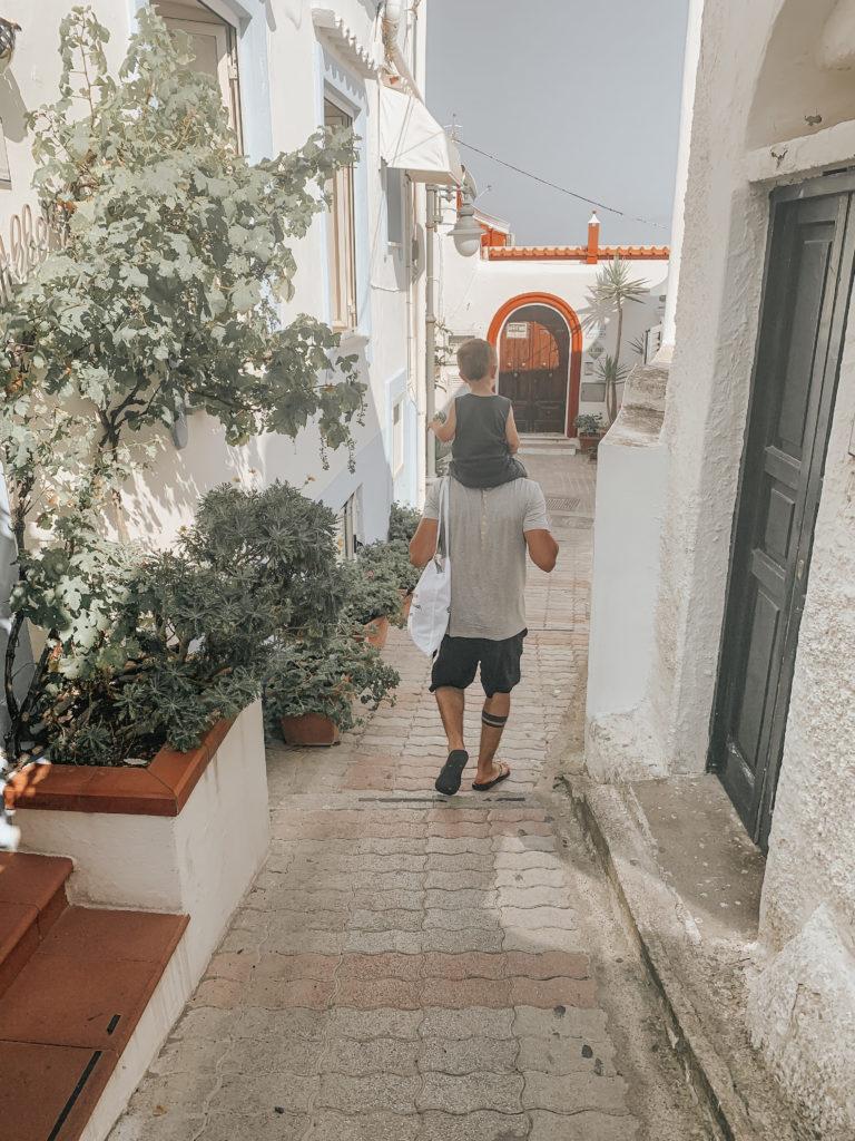 Sant'Angelo ad Ischia papà e figlio sulle spalle