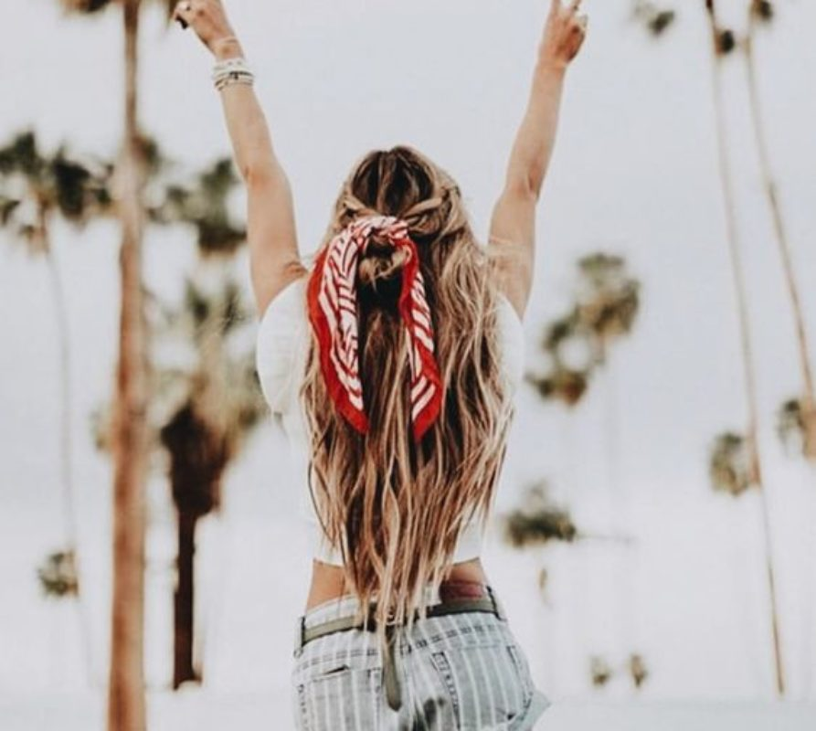 Gli accessori must have estate 2018: foulard tra i capelli e orecchini stile Frida Kahlo