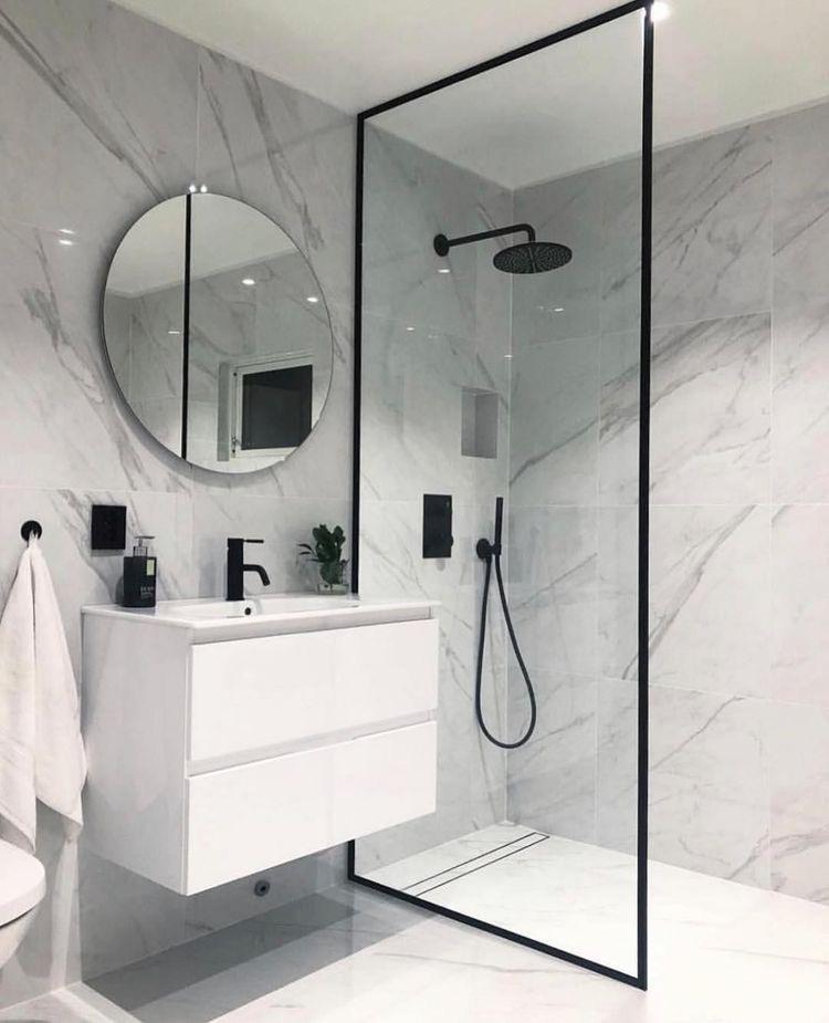 bagno con piastrelle in marmo calacatta