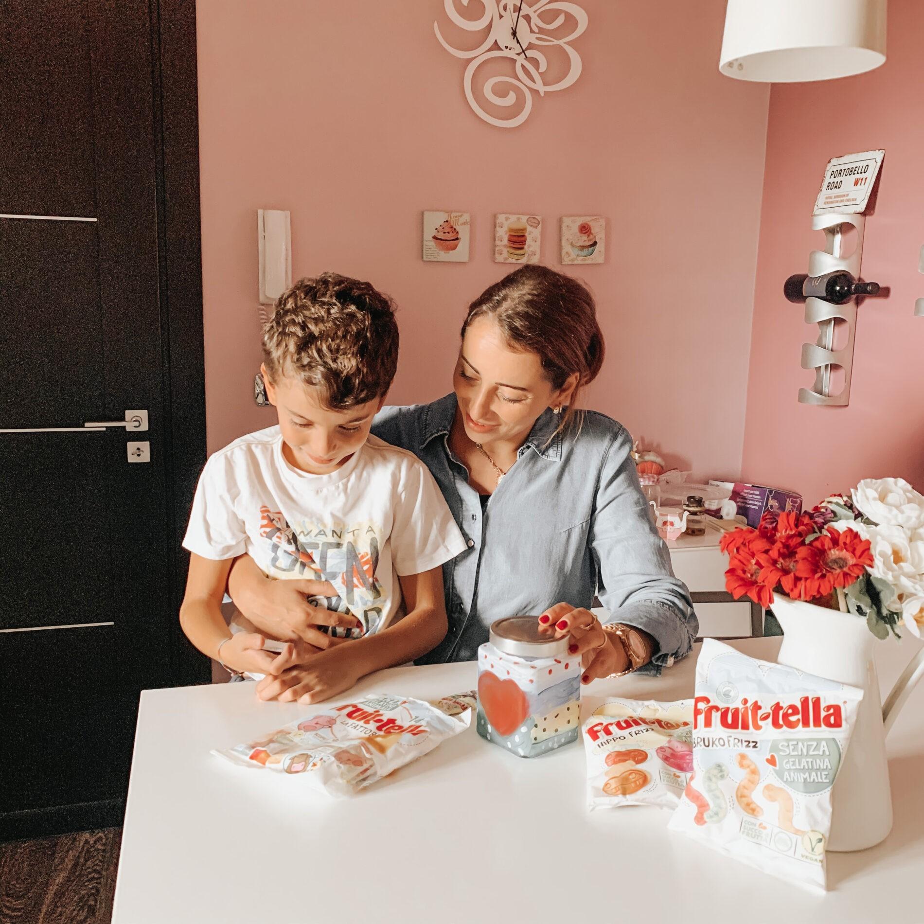 Fruittella caramelle e barattolo del si mamma e figlio