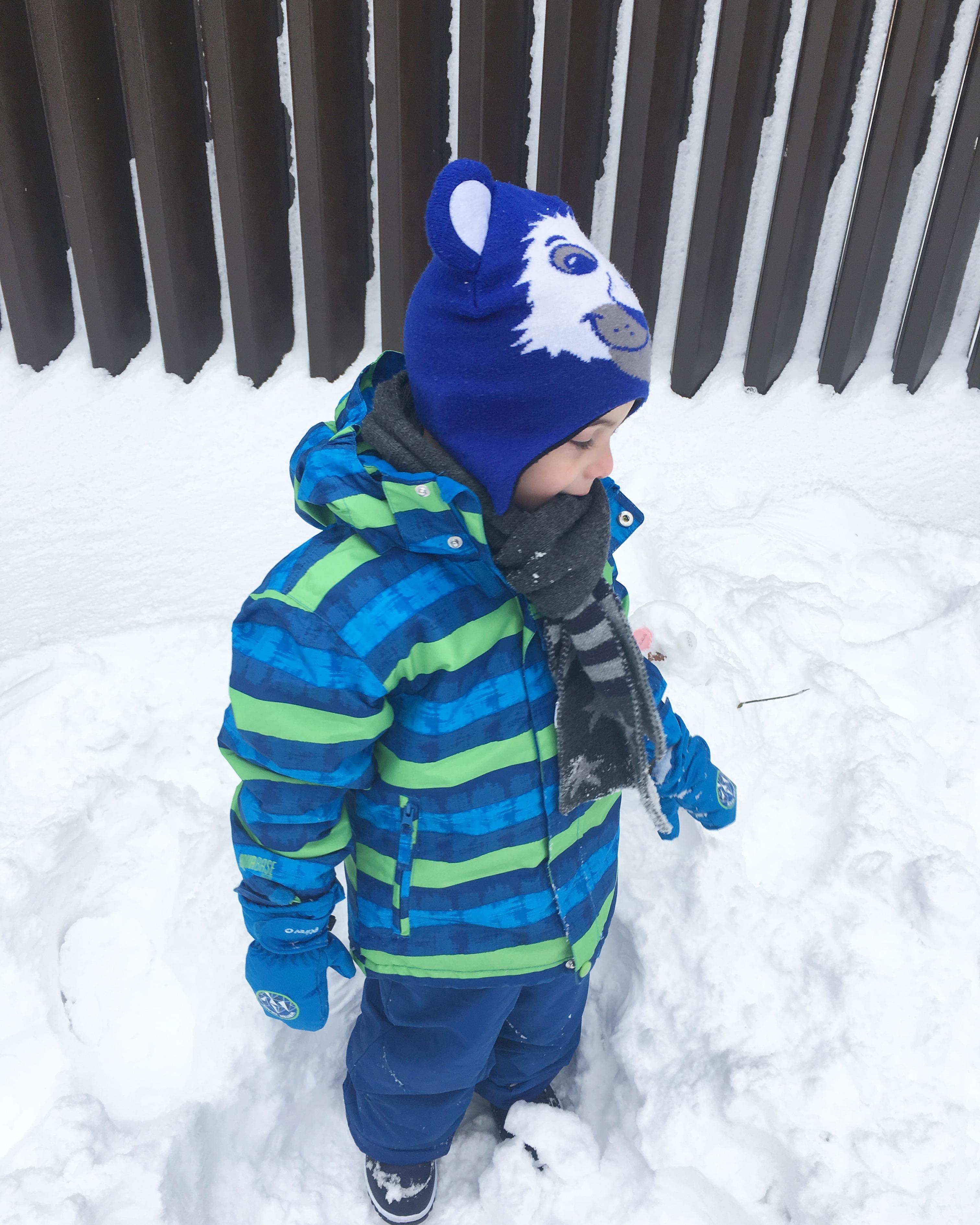 giocare con la neve in montagna