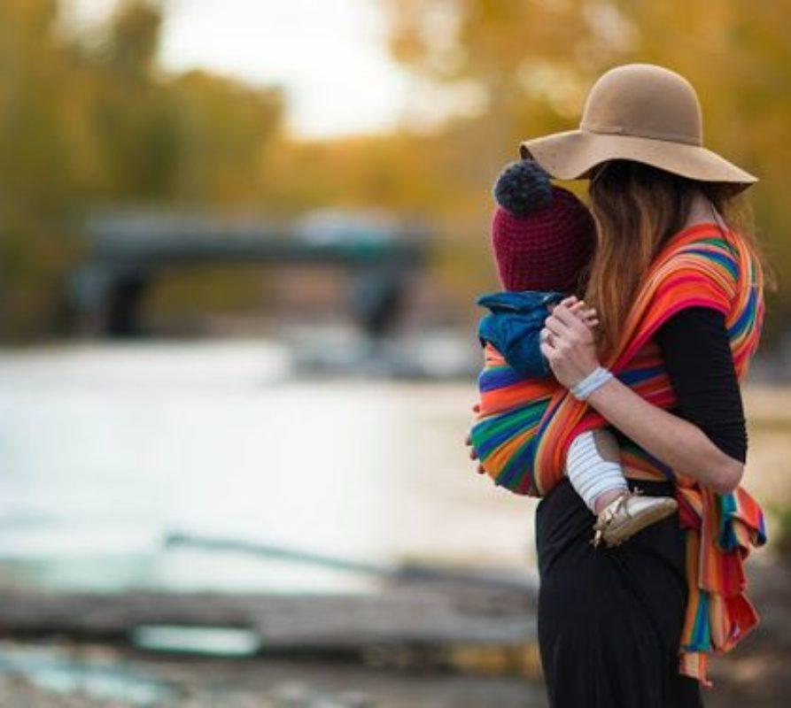 Il Babywearing ed i suoi benefici, come scegliere il supporto adatto