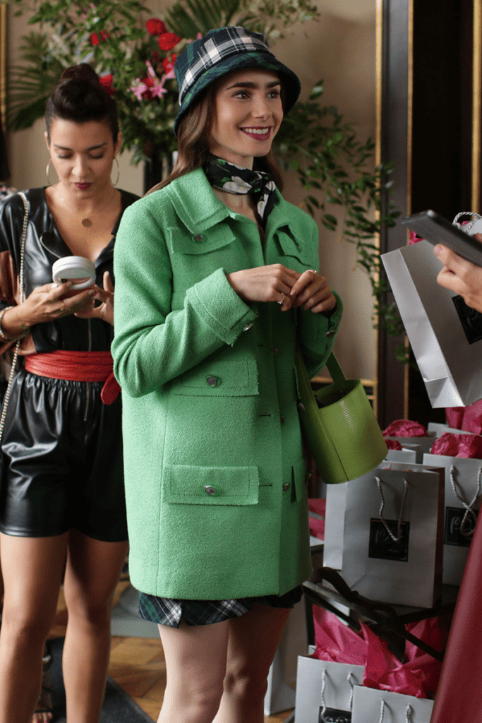 outfit cappotto verde Emily in Paris