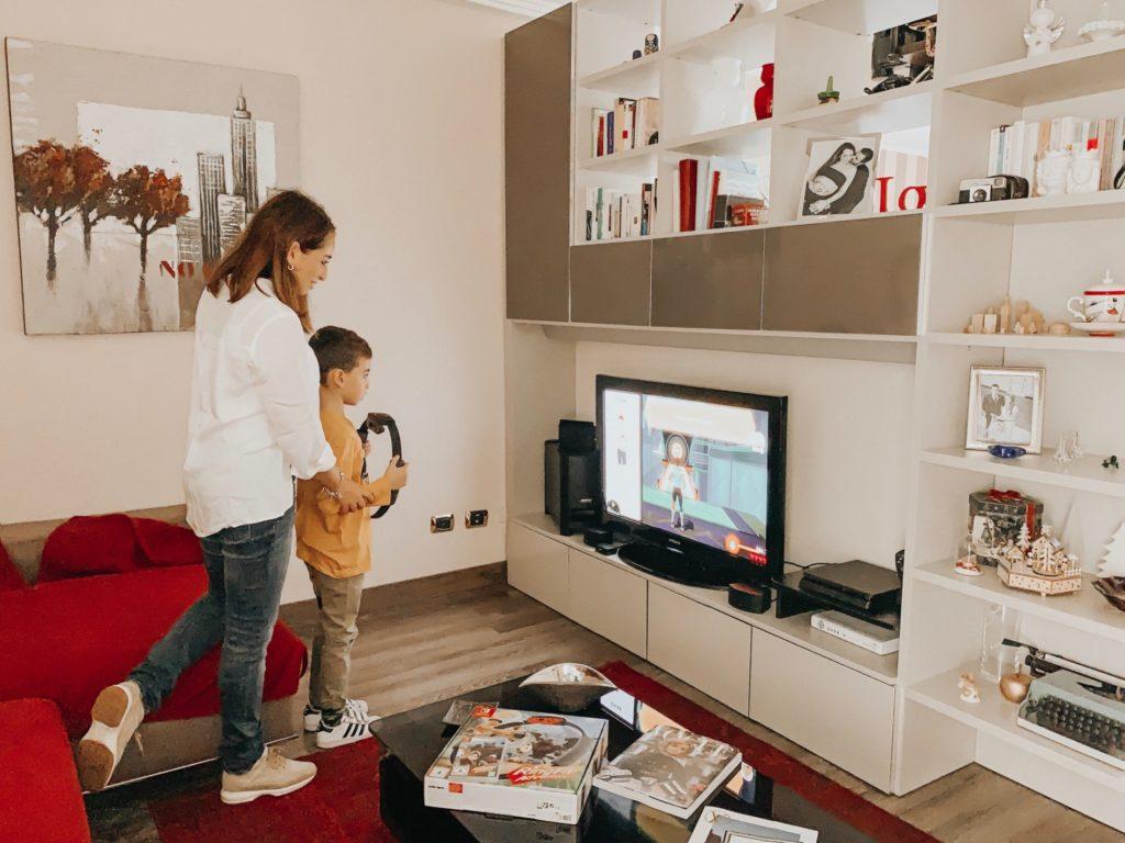 mamma e figlio giocano con videogiochi console nintendo switch