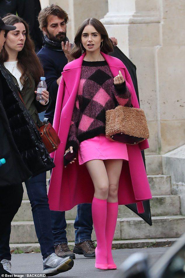 outfit fucsia di emily in paris