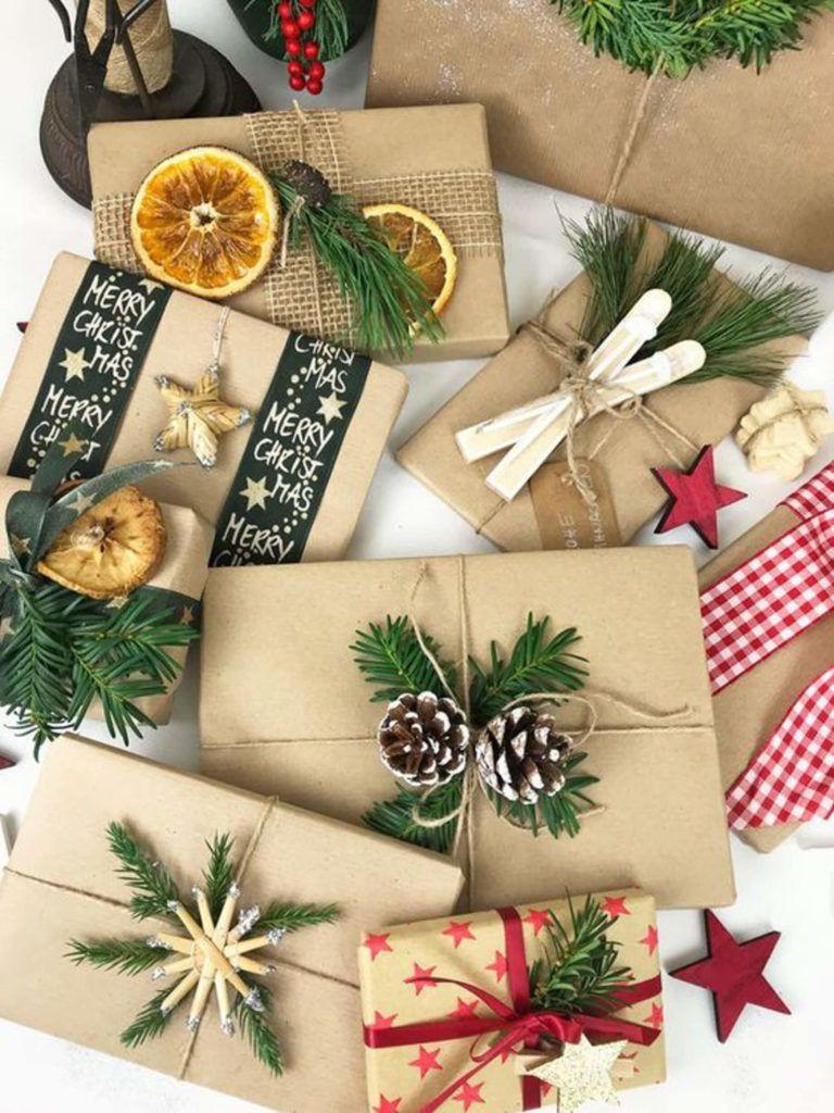 pacchetti regalo con carta pacco e rametti