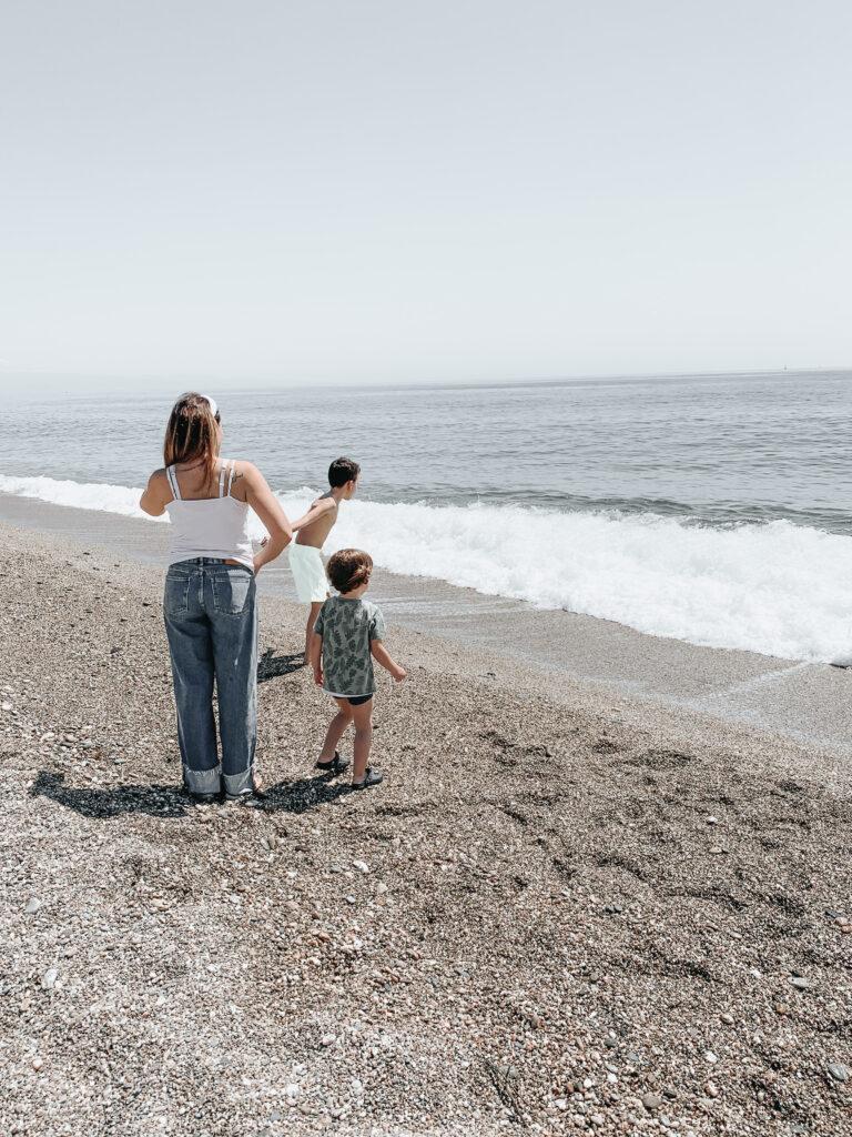 mamma e figli spiaggia