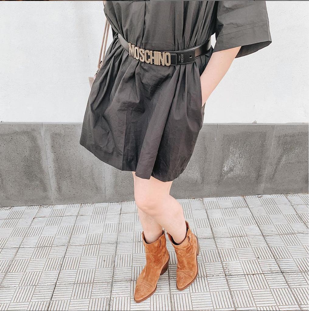 stivali donna texani marroni vestito nero cintura moschino